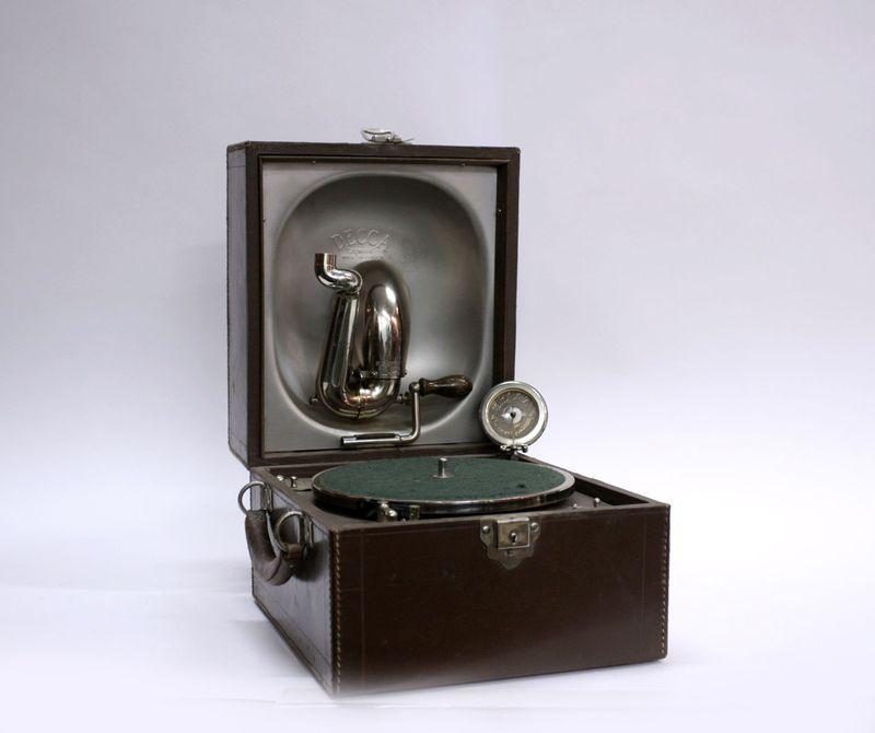 граммофон нач 20 века Decca Junior чемодан кожа 21на28 на 24 см, старт 250 евро