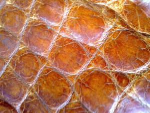 как отличить натуральную кожу крокодила от кожзаменителя