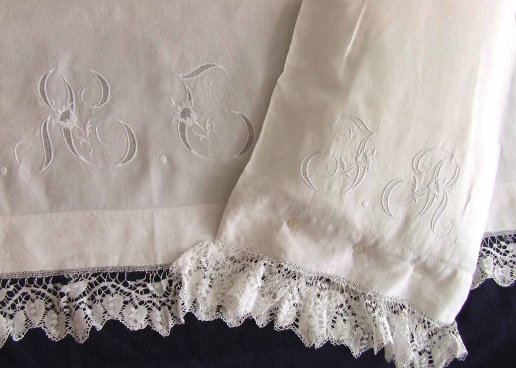старинный комплект постельного белья с кружевами и монограммой