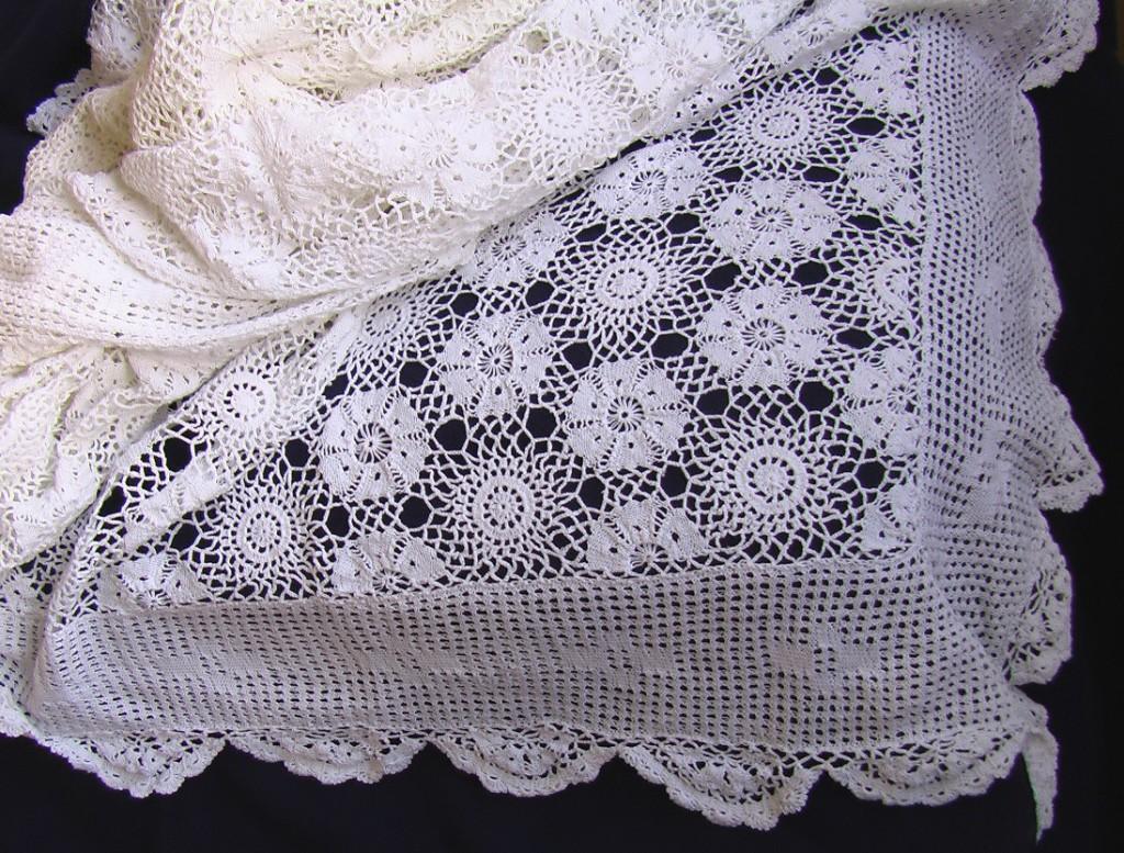 В РЕЗЕРВЕ покрывало старинное вязаное крючком 230 на 250 см.