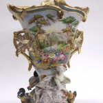 фарфоровая ваза середина 19 века 42 на 32 на 15 см галантная сцена кавалер и барышня