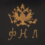 фабрика Н. А. Лукутина 1888-1902 годы, вензель на гербе А или Н соответствует периоду царствования Императора Александра III (по 1891-1894 г) или Николая II (с 1894)
